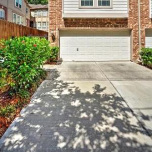 Ideal HOU Townhome - Walk to Central River Oaks! in Houston