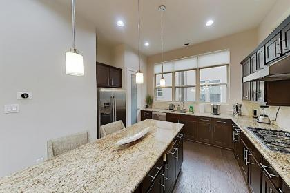 Washington Corridor All-Suite w/ Gourmet Kitchen townhouse - image 9
